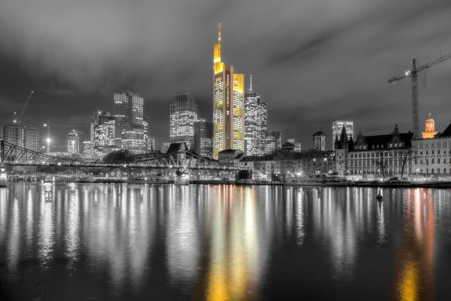 Frankfurt is reflected in the Main